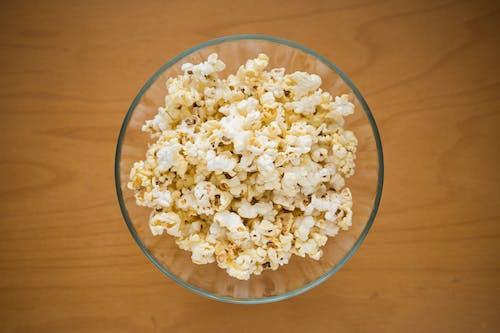 Kostenloses Stock Foto zu mais, popcorn, schüssel auf einem tisch