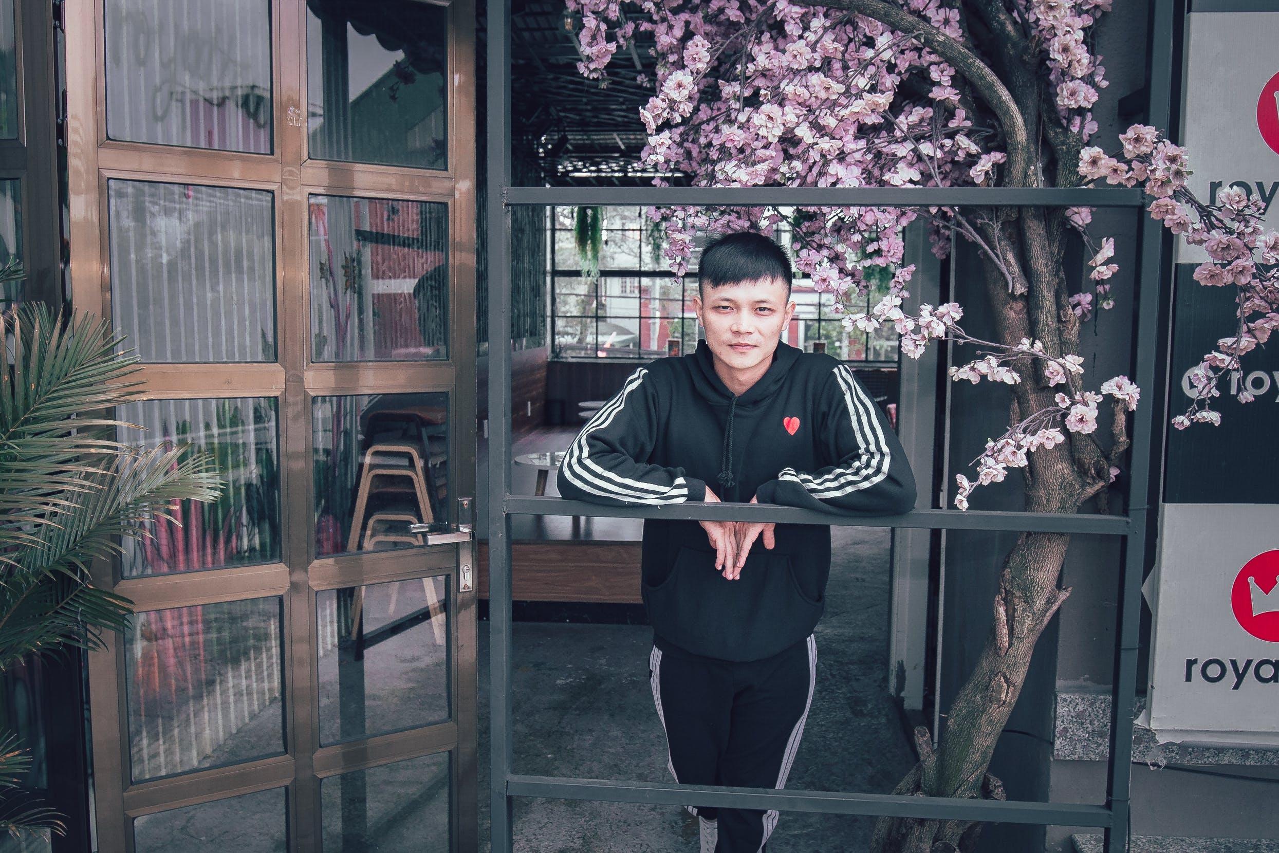 Kostenloses Stock Foto zu architektur, asiatischer junge, asiatischer mann, drinnen