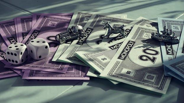 carte a collectionner monopoly blanc et violet sur surface grise