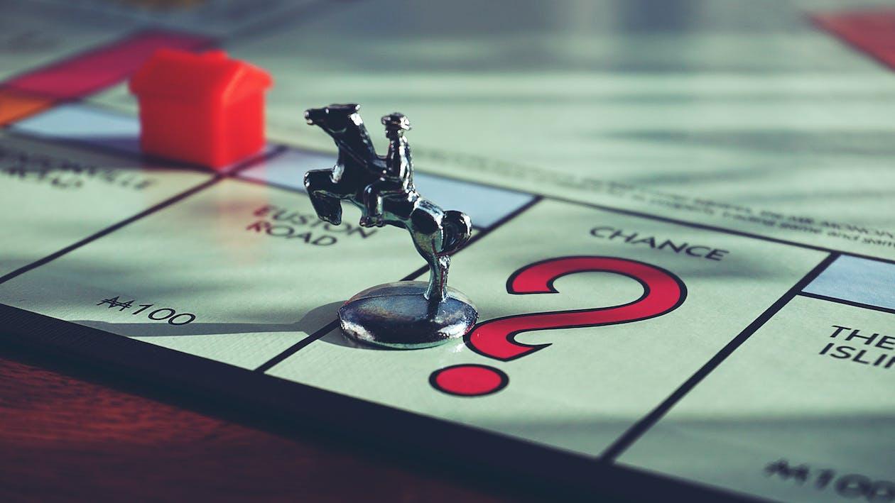 """Миниатюрная игрушка лошадь поверх настольной игры """"Монополия"""""""