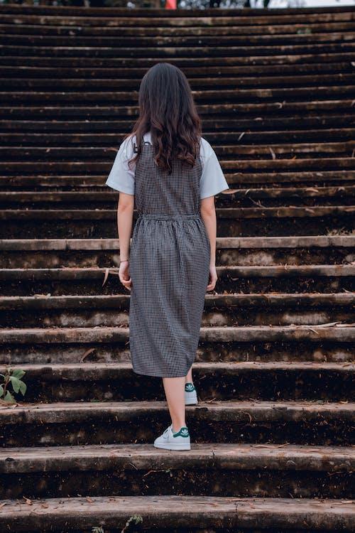 Fotobanka sbezplatnými fotkami na tému ázijské dievča, betón, človek, denné svetlo