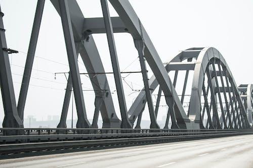 Δωρεάν στοκ φωτογραφιών με 4k ταπετσαρία, ασπρόμαυρο, γέφυρα, δρόμος