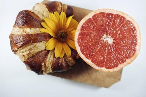 Ilmainen kuvapankkikuva tunnisteilla croissant, Greippi, hedelmä, kasvikunta