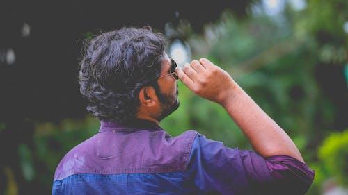 Бесплатное стоковое фото с взгляд вверх, мужчина, солнцезащитные очки