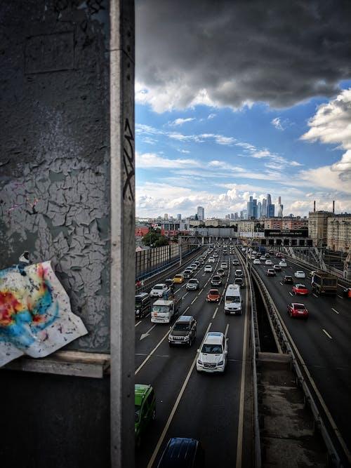 Kostenloses Stock Foto zu autos, bewölkter himmel, hauptverkehrszeit