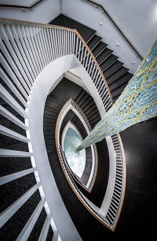 Бесплатное стоковое фото с архитектура, Архитектурное проектирование, в помещении, винтовая лестница