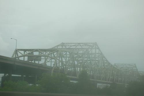Fotobanka sbezplatnými fotkami na tému most, sivá, zahmlený