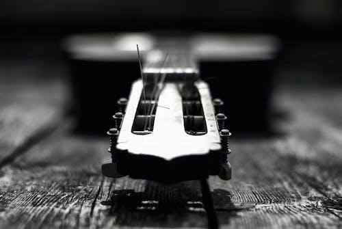 Gratis lagerfoto af guitar, musikinstrument, sort og hvid, sort-hvid
