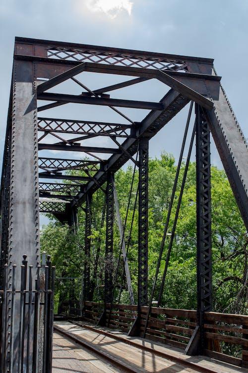 demir yolu, demir yolu rayları, doğa manzarası, endüstriyel içeren Ücretsiz stok fotoğraf