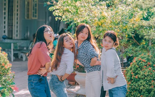 Cuatro Mujeres De Pie Cerca De Plantas Tomadas