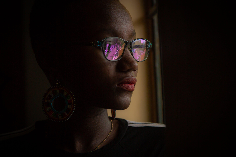 afroamerikansk kvinde, ansigtsudtryk, briller