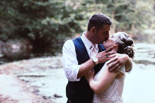 Ảnh lưu trữ miễn phí về ban ngày, cặp vợ chồng, cùng với nhau, hôn