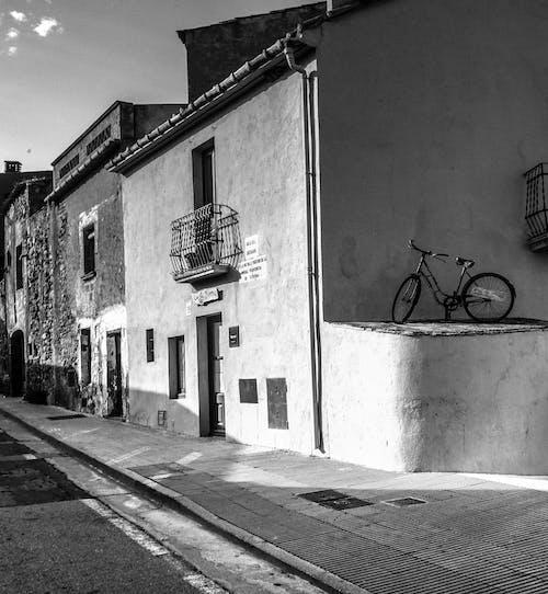 Fotos de stock gratuitas de arquitectura, asomando, balcón, bicicleta
