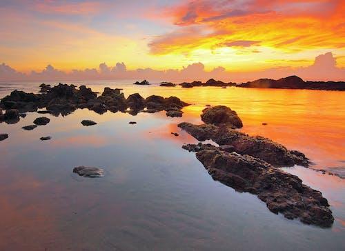 Immagine gratuita di acqua, alba, bagnasciuga, cielo