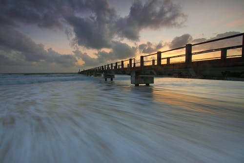 Braunes Hölzernes Fischerdock Auf Ozean