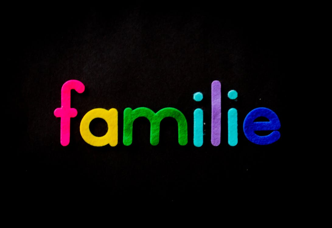 Familie Text on Black Background