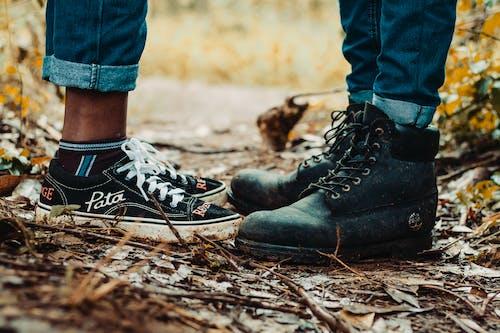 Fotos de stock gratuitas de amor, calzado, de pie, desgaste