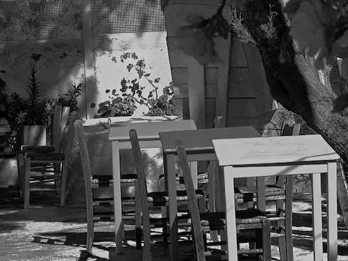 Ilmainen kuvapankkikuva tunnisteilla nojatuoli, puupöydät