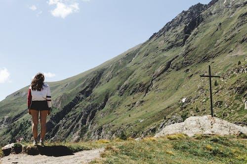 ayakta, çarpı, dağlar, dua etmek içeren Ücretsiz stok fotoğraf