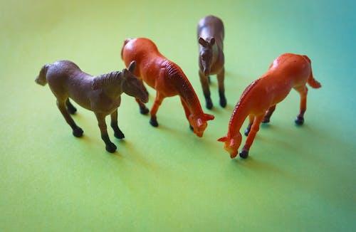 Darmowe zdjęcie z galerii z miniaturowe zabawki, zabawki, zwierzęta