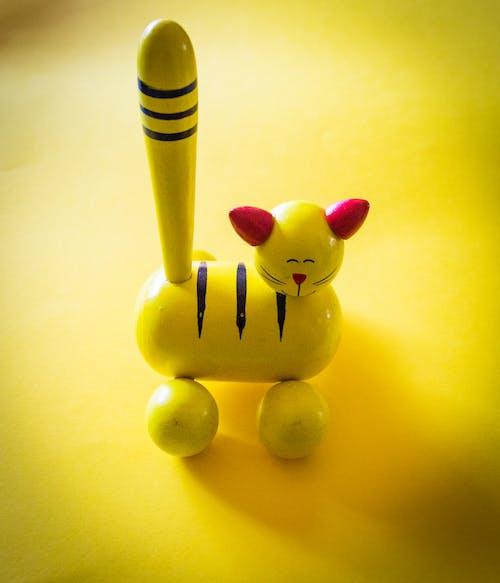 노란색 위에 노란색과 빨간색 고양이 입상
