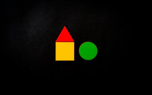 Красный треугольник, желтый квадрат и зеленый круг иллюстрации