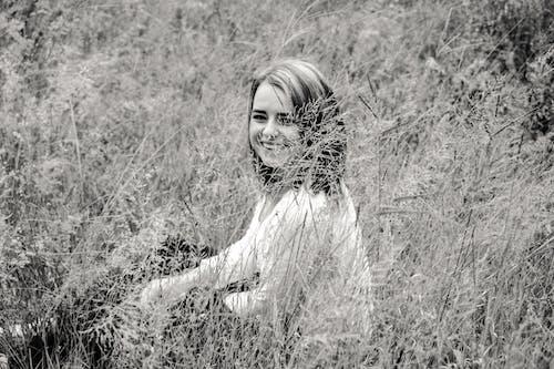 Photos gratuites de clairière, herbe, jeune fille, noir et blanc