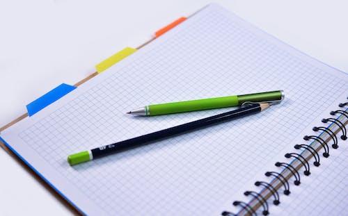 Photos gratuites de cahier, crayon, ordinateur portable, papier millimétré