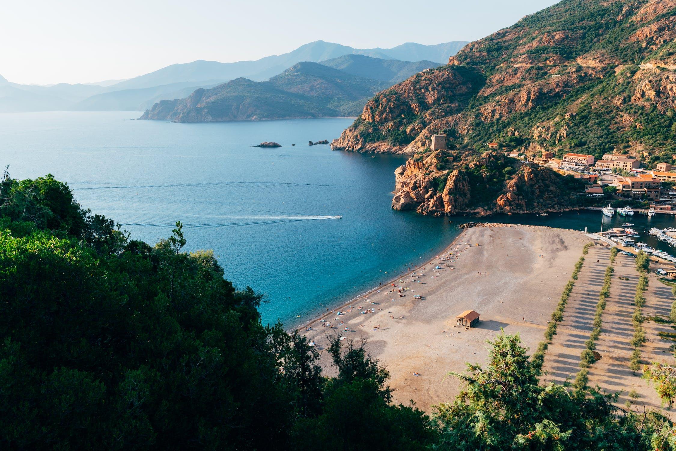 Les côtes Corses méritent d'être vue.
