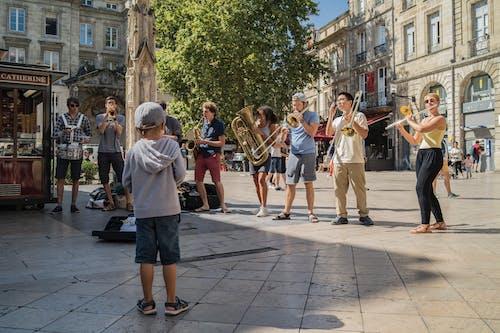 Бесплатное стоковое фото с живая музыка, мальчик, уличный артист, уличный музыкант