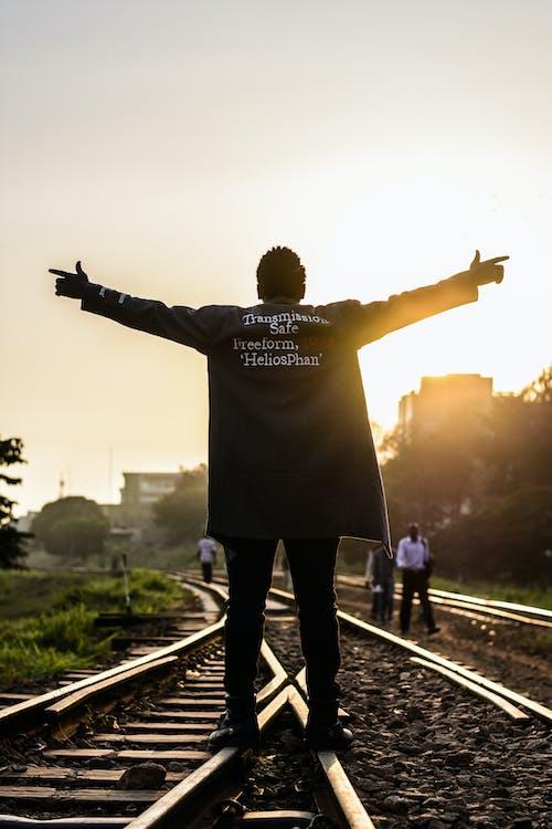 Ilmainen kuvapankkikuva tunnisteilla henkilö, junanrata, mies, rautatie