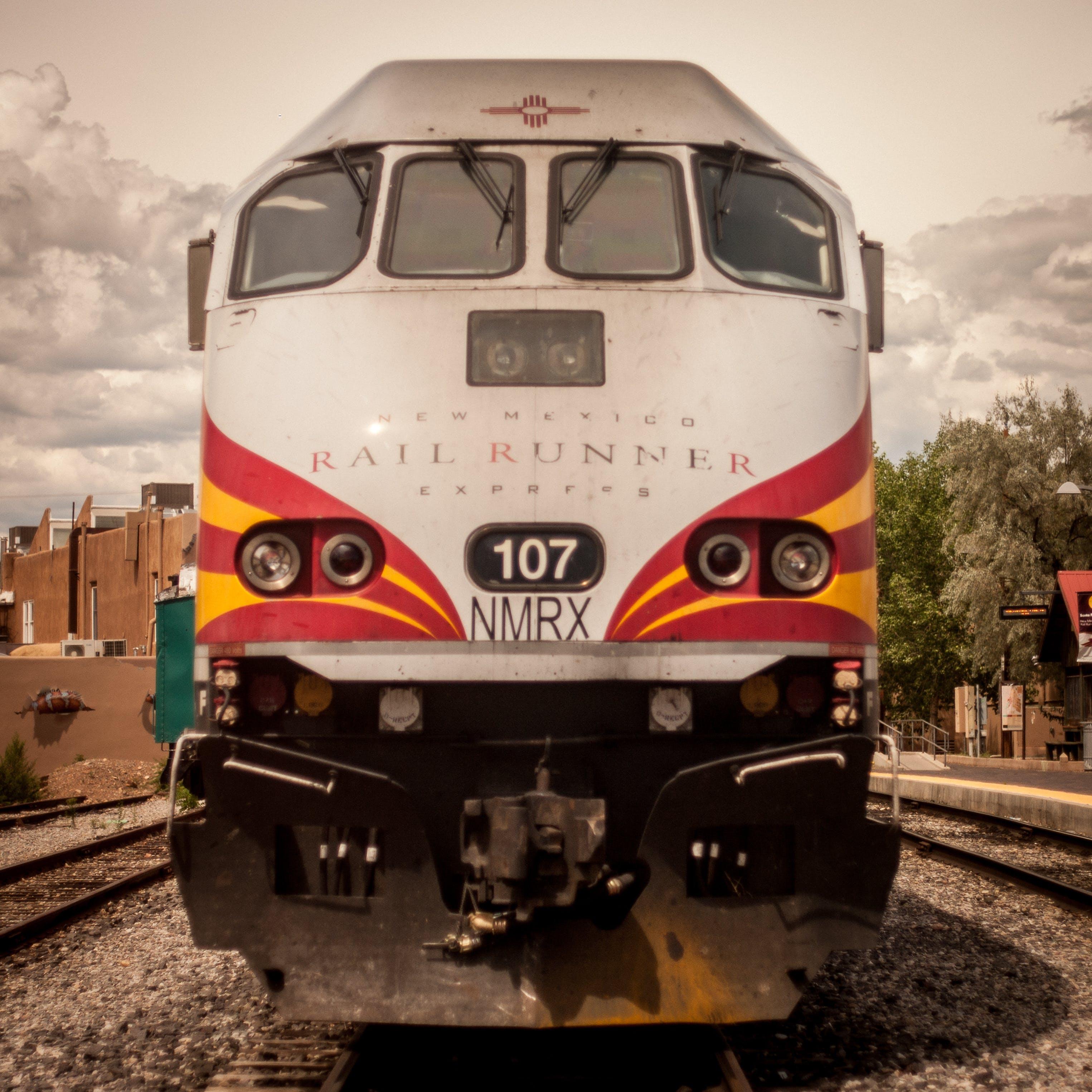 Foto profissional grátis de estação de trem, luz do dia, trem, trilhos de trem