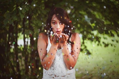 Foto profissional grátis de atraente, bonito, confete, diversão
