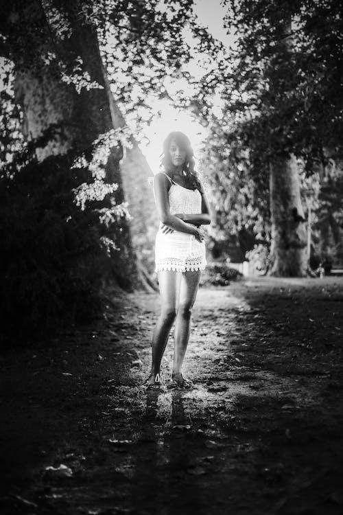 女人, 女孩, 漂亮, 黑與白 的 免费素材照片