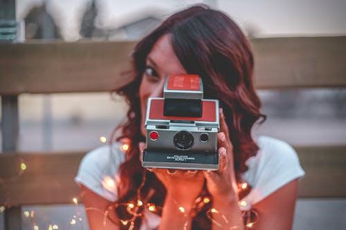 Immagine gratuita di donna, filo di luci, fotocamera, macchina fotografica istantanea