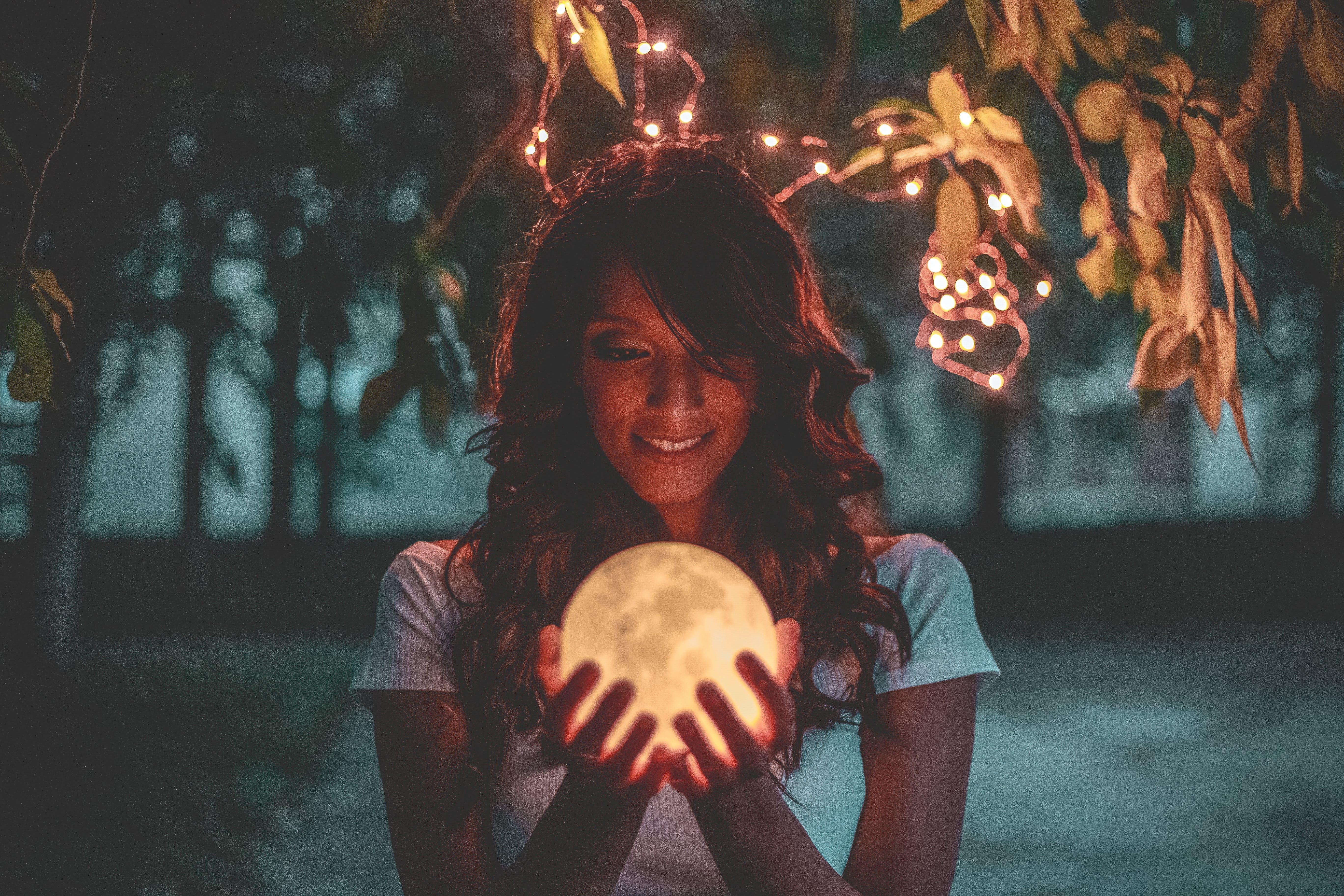 Безкоштовне стокове фото на тему «Дівчина, жінка, задоволення, кришталева куля»