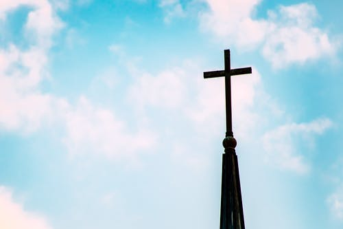 Darmowe zdjęcie z galerii z architektura, błękitne niebo, iglica, kościół