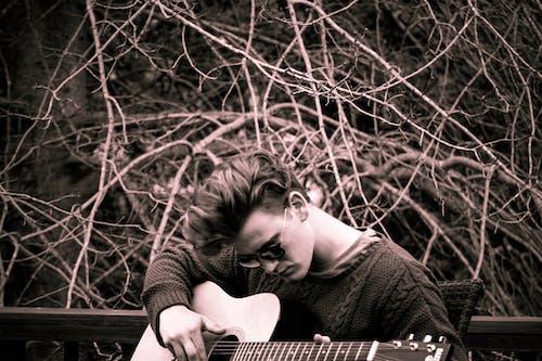 Kostnadsfri bild av gitarr, Häftigt, manlig modell, moder natur