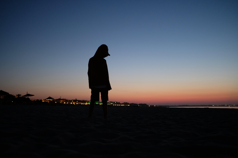 Kostenloses Stock Foto zu früher morgen, sonnenschirm, sonnenuntergang, strand