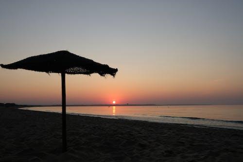 gün batımı, güneş şemsiyesi, plaj, sabahın erken saatleri içeren Ücretsiz stok fotoğraf