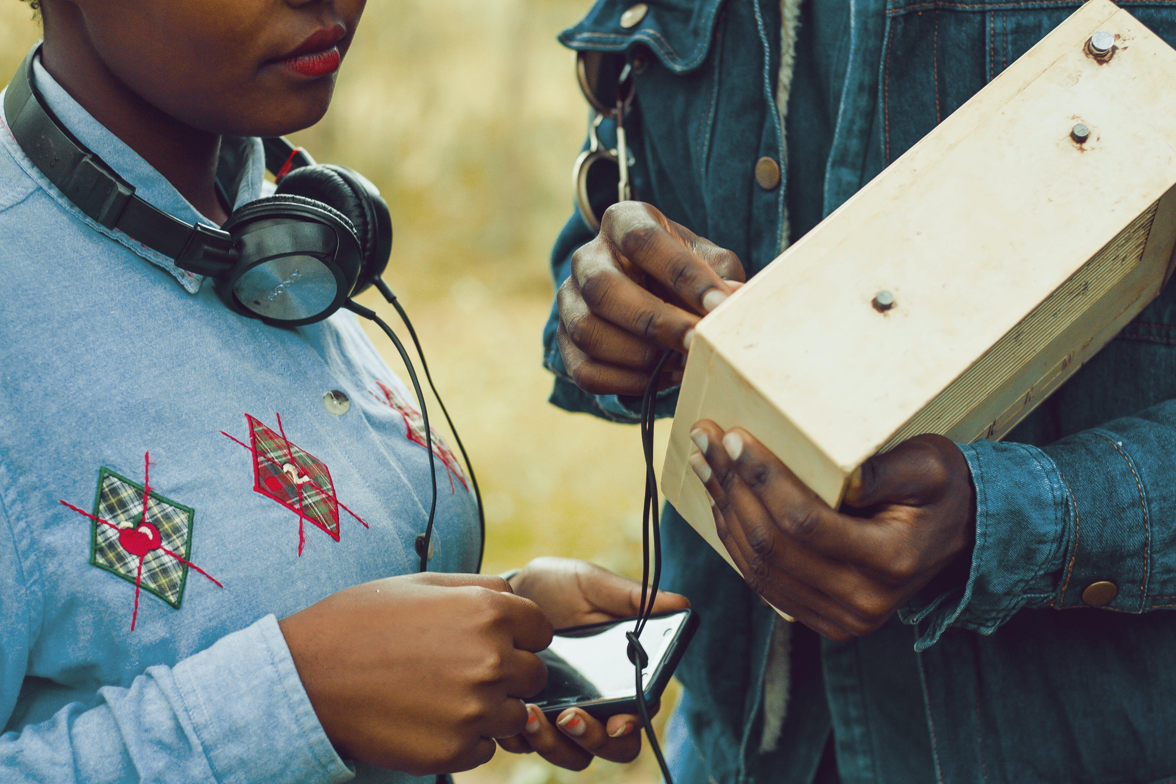 Kostnadsfri bild av ha på sig, hörlurar, kvinna, människor