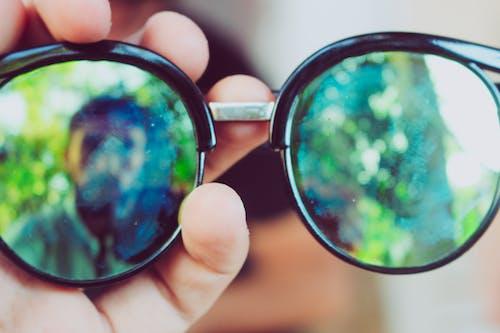 Immagine gratuita di ambiente, articoli di vetro, mano, occhiali da sole