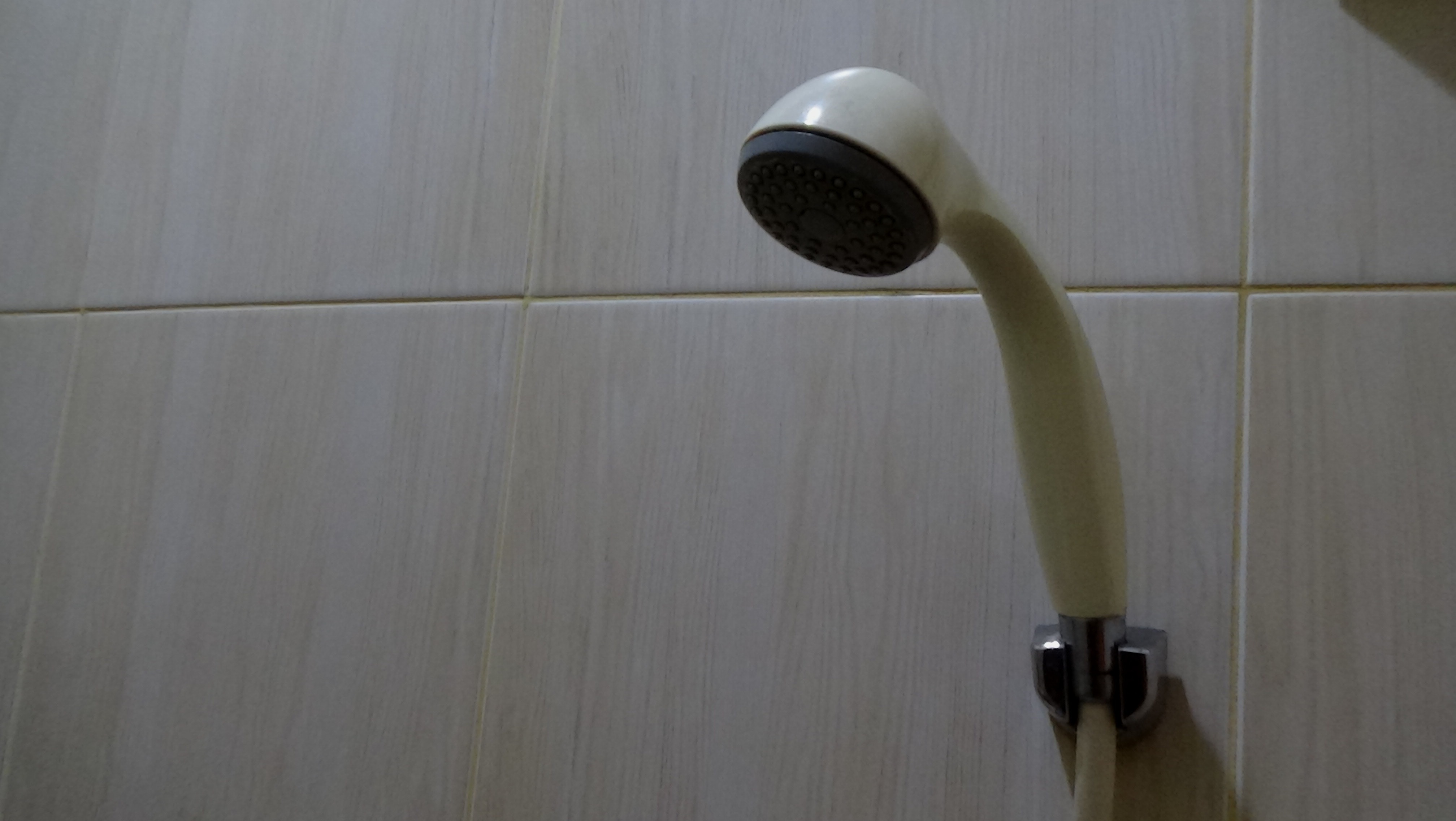 Wepchnął żonie do gardła rurę od słuchawki prysznica. Już po chwili odkręcił wodę