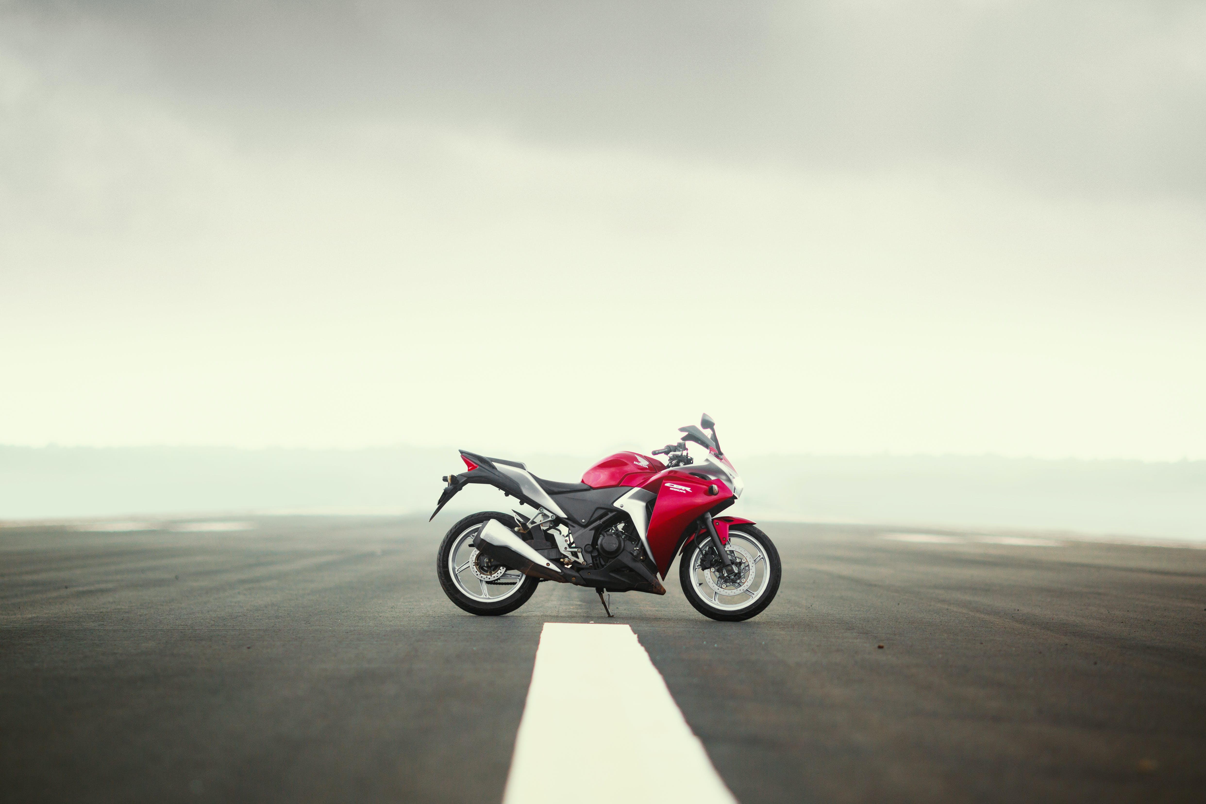 Gratis lagerfoto af bil, honda, landingsbane, motorcykel