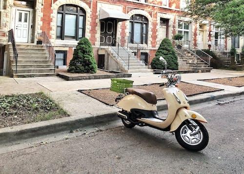 Foto profissional grátis de casas da cidade, cidade velha, mobilete, viajando