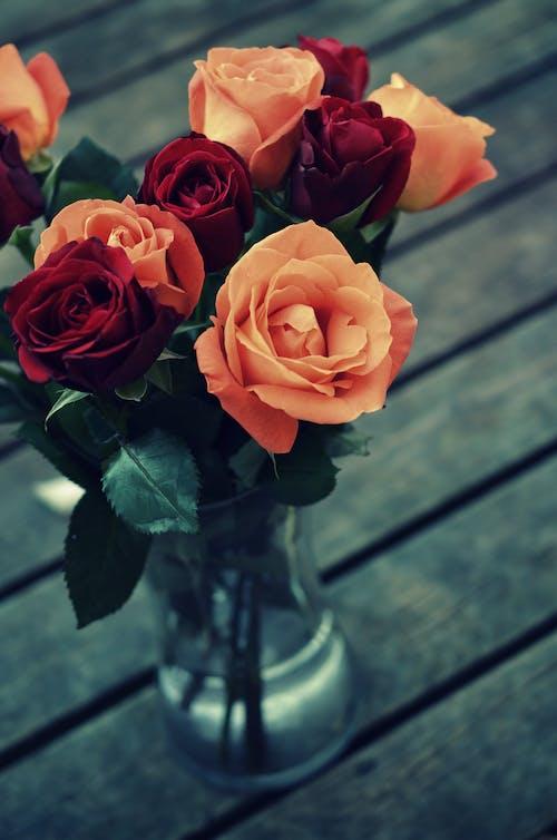 Rose Rosse E Arancioni In Vaso Di Vetro Trasparente