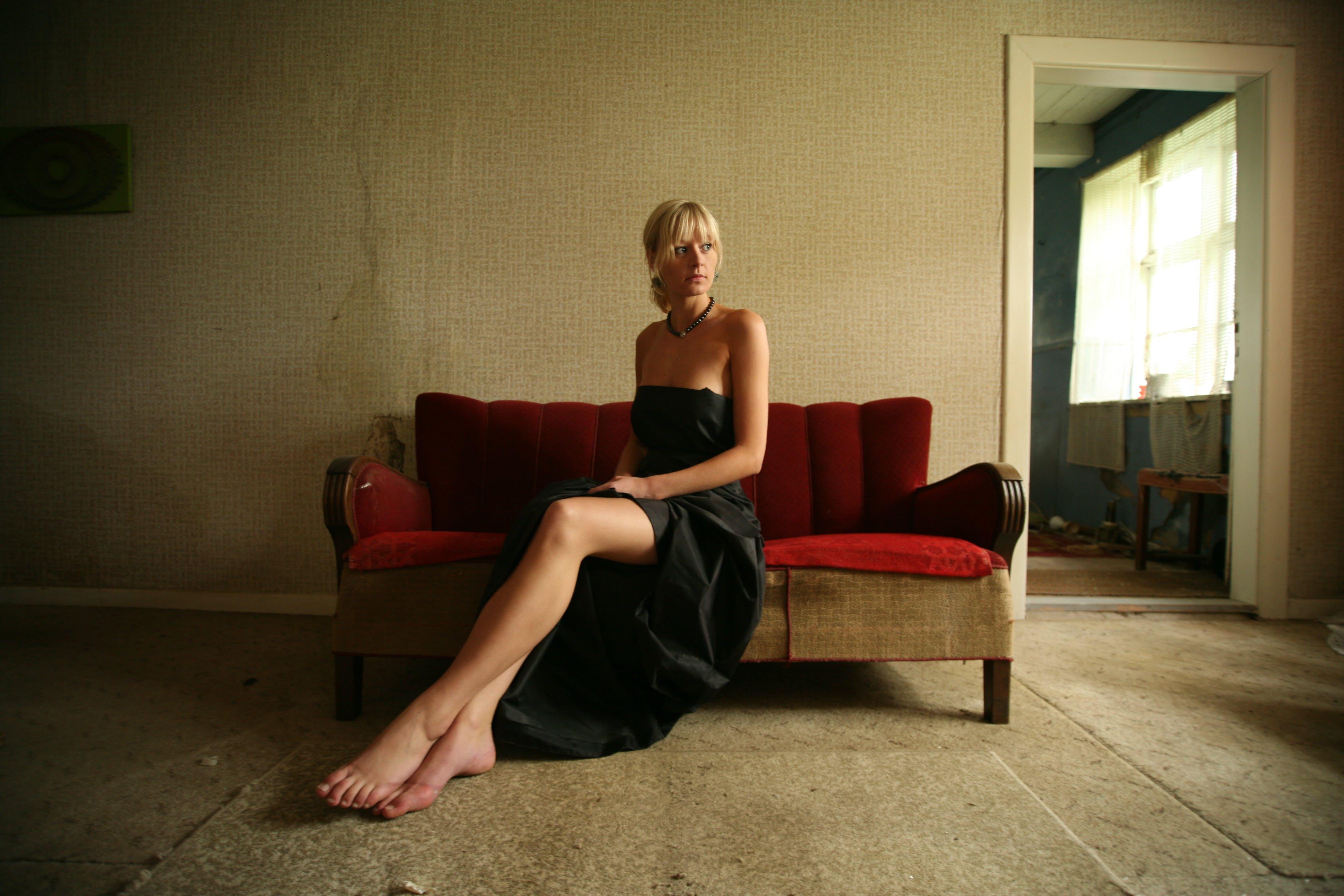 Бесплатное стоковое фото с босиком, в помещении, девочка, диван