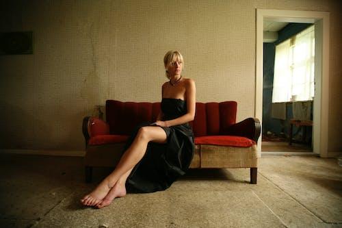Foto profissional grátis de cabelo loiro, cômodo, dentro de casa, descalço