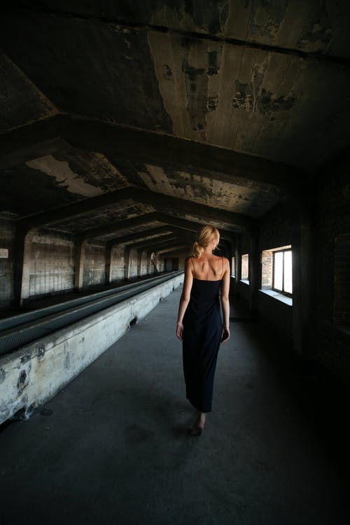 Darmowe zdjęcie z galerii z architektura, ciemny, dorosły, dziewczyna