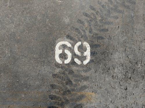 Kostenloses Stock Foto zu 69, betonboden, parkplatz
